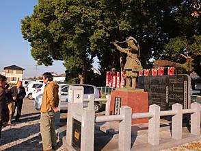 新田義貞公像の前で・生品神社, 1256.JPG