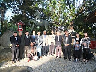 神馬像前で・山名八幡宮, 1272.jpg