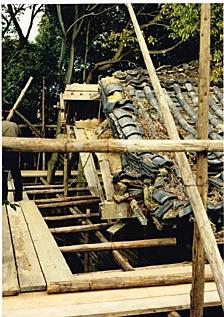 修復前の社殿屋根, 1077.jpg