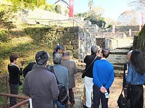 大手虎口で説明を聞く・金山城, 1263.JPG